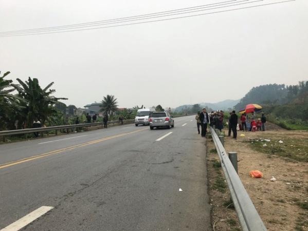 Tình trạng đón trả khách diễn ra công khai tại rất nhiều điểm trên tuyến cao tốc Nội Bài-Lào Cai.