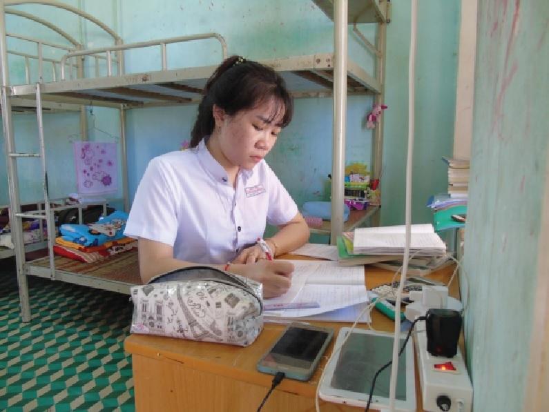 Em Đinh Triệu Vi trong giờ tự học ở Trường PT DTNT tỉnh Bình Định.