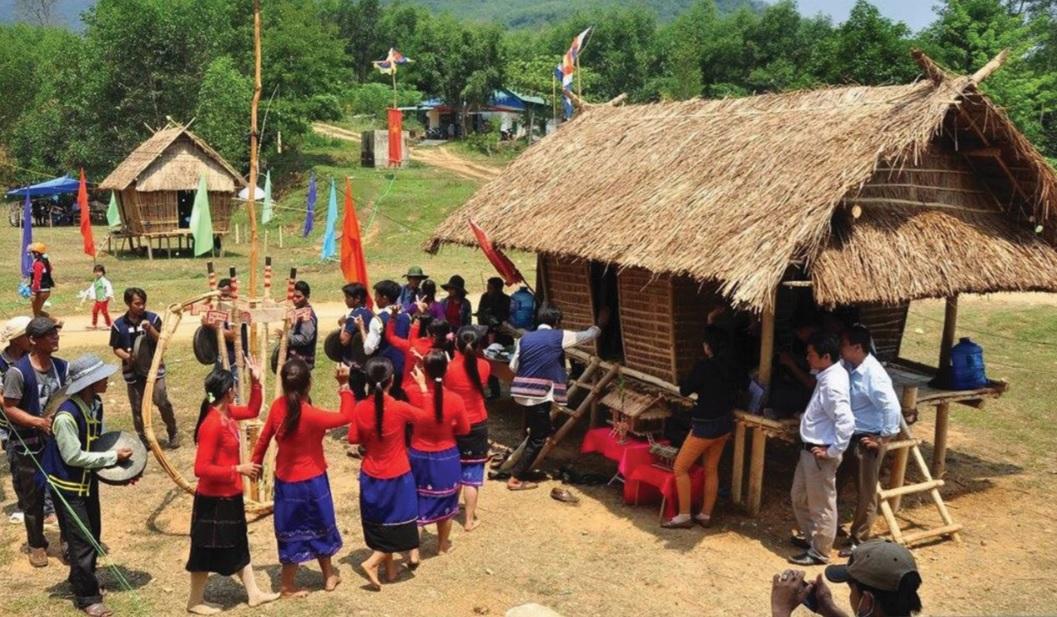 Trai gái Hrê cùng nhau nhảy múa, hát ka-choi đối đáp trong ngày Tết.