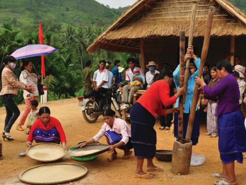 Trong ngày Tết không thể thiếu cuộc thi giã gạo nấu cơm nhanh của người Hrê.