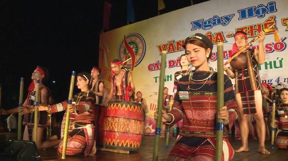 Các Nghệ nhân Ba Na huyện Vĩnh Thạnh biểu diễn nhạc cụ truyền thống tại Ngày Hội Văn hóa thể thao các dân tộc tỉnh Bình Định năm 2017.