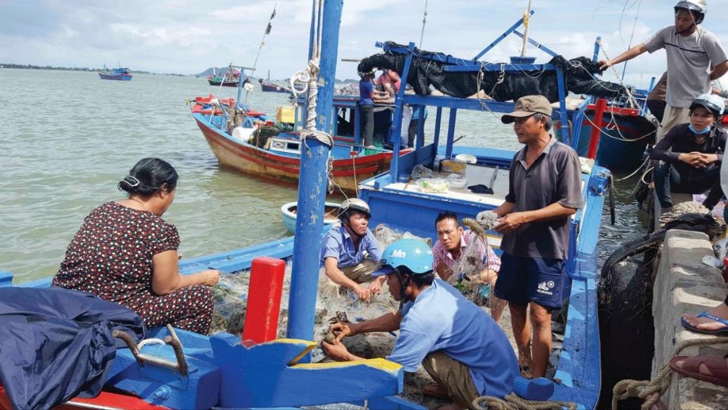 Ngư dân chuẩn bị ngư lưới cụ để ra khơi. Ảnh MH