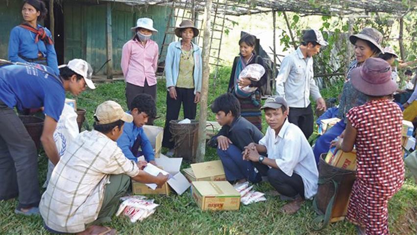 Các hộ người Lào di cư sang sinh sống tại Quảng Nam được hỗ trợ lương thực, thực phẩm. (Ảnh tư liệu)
