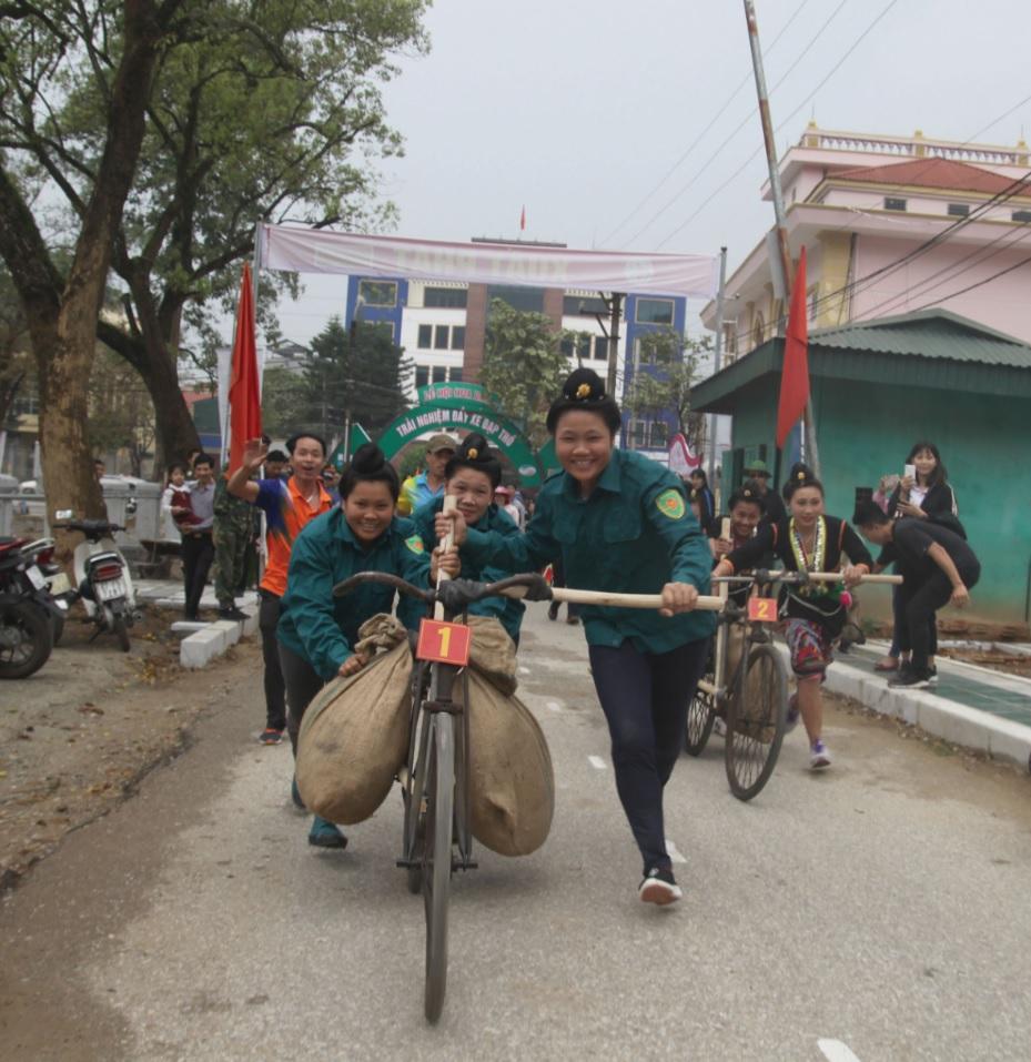 Các vận động viên tham gia môn thi xe đạp thồ tại Lễ hội Hoa ban.