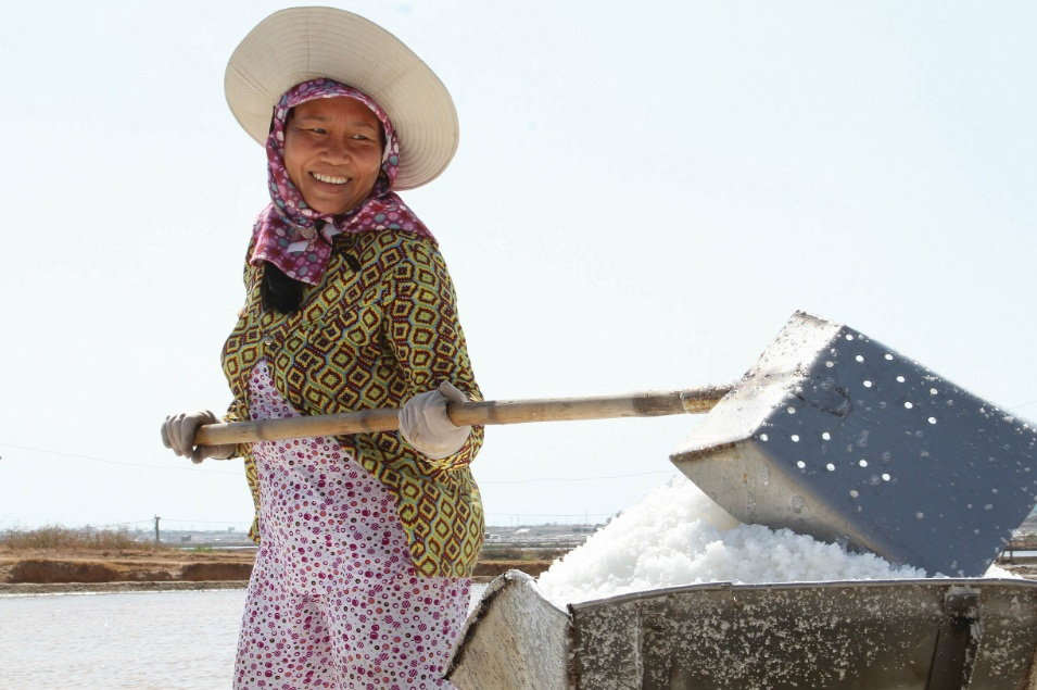 Niềm vui trúng mùa muối của diêm dân thôn Khánh Tường.
