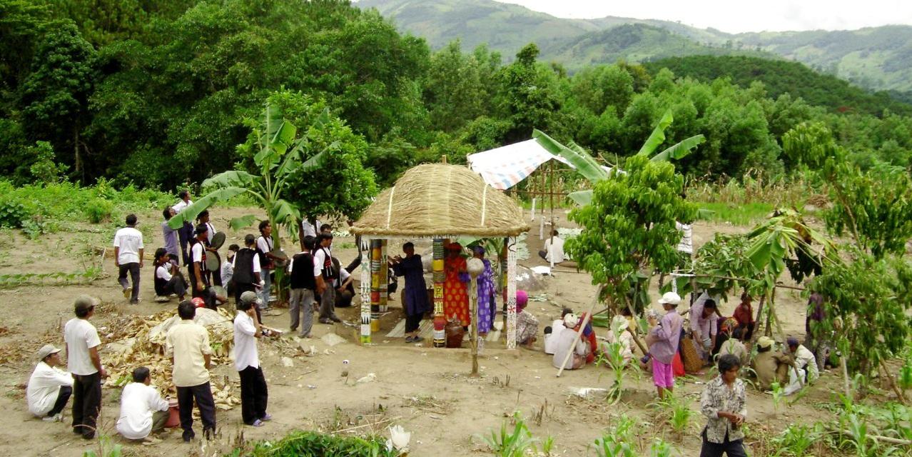 Trong sinh hoạt thường ngày cũng như trong những lễ hội, đồng bào Raglai luôn gìn giữ bản sắc văn hóa dân tộc. (Trong ảnh: Tái hiện lễ bỏ mả của dân tộc Raglai).