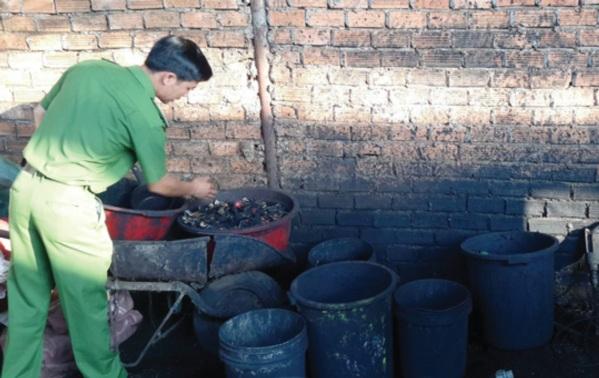 Cơ quan chức năng tỉnh Đăk Nông kiểm tra, bắt giữ cơ sở sản xuất cà phê nhuộm lõi pin ngày 16/4 mới đây.