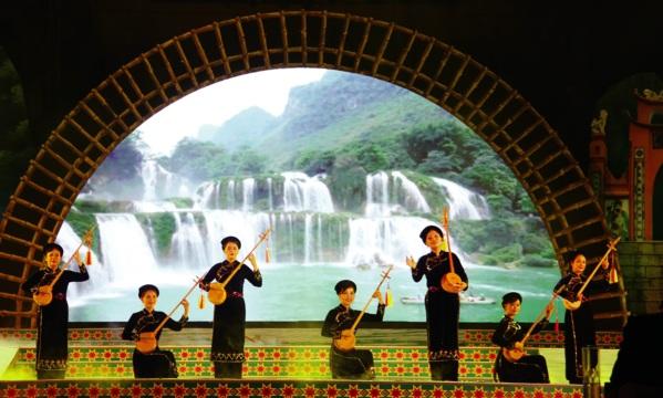 Quê hương Cao Bằng giàu bản sắc văn hóa Tày với những làn điệu hát then đàn tính là chất liệu quan trọng trong sáng tác của Y Phương.