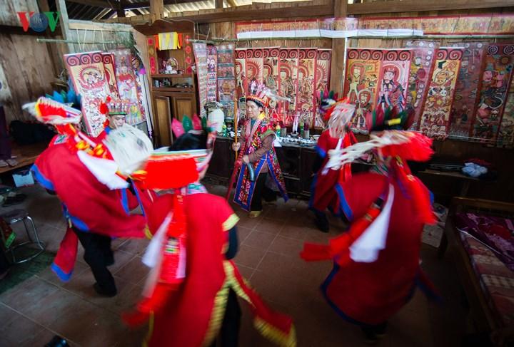 Lễ cấp sắc có rất nhiều điệu múa dân vũ…