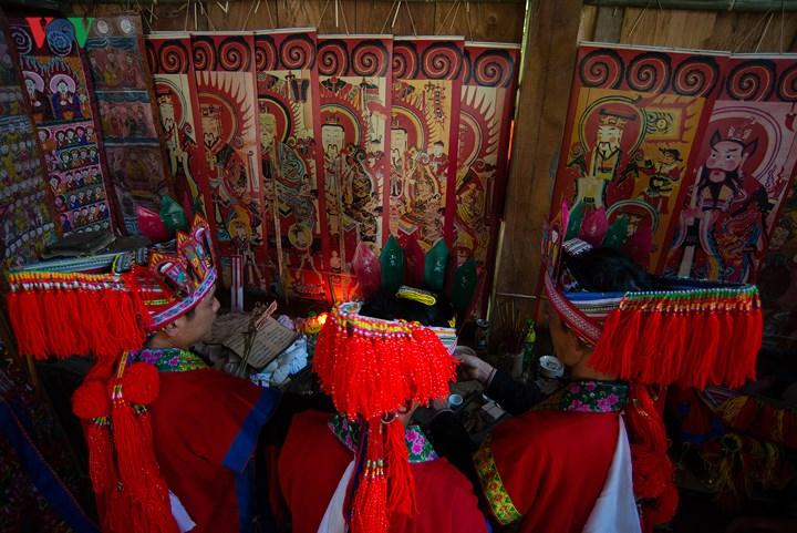 Những bức tranh thờ tái hiện truyền thuyết về thủy tổ của người Dao.