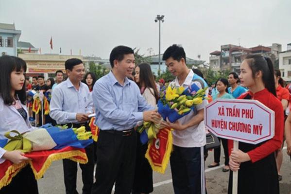 Ban Tổ chức trao cờ lưu niệm cho các đơn vị tham gia thi đấu.