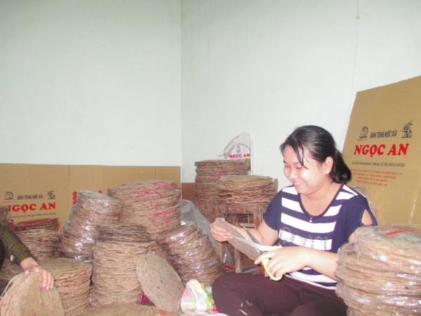 Xã viên HTX đóng gói bao bì cho bánh tráng dừa.