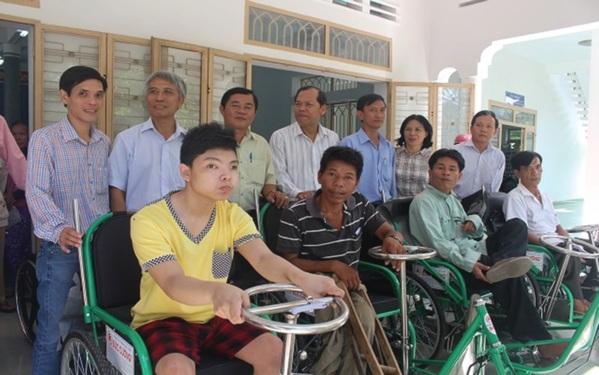 Tặng xe lăn cho người khuyết tật, giúp họ giảm gánh nặng cuộc sống.