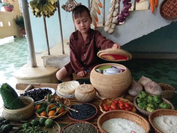 Trẻ được khám phá một góc chợ quê tại Trường Mầm non số 2 Trung Hóa.