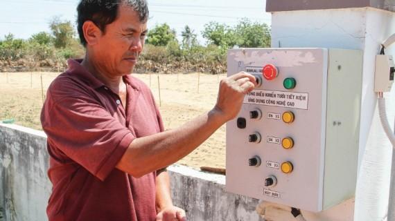 Anh Hùng Ky ứng dụng công nghệ cao trồng cây măng tây xanh ở làng Chăm Tuấn Tú.