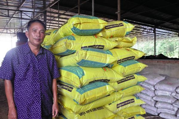 Ông Hà Thanh Thuẫn giới thiệu sản phẩm phân bón vi sinh từ vỏ củ mì.