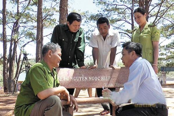 """Hạt Kiểm lâm tiến hành ký cam kết với chủ rừng và các hộ dân xung quanh rừng bảo vệ những cây thông đã """"đặt tên""""."""
