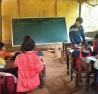 Thầy giáo Nguyễn Đình Quảng đang miệt mài giảng bài cho học sinh trong căn phòng tạm bợ.