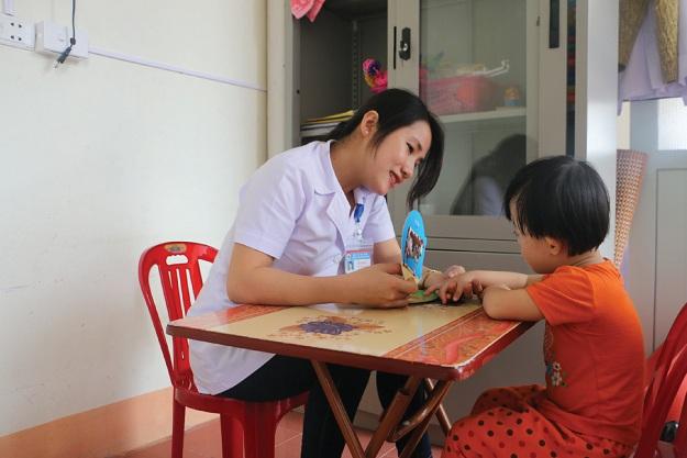 Giáo viên điều trị cho trẻ tự kỷ hiện chưa có chế độ đãi ngộ phù hợp.