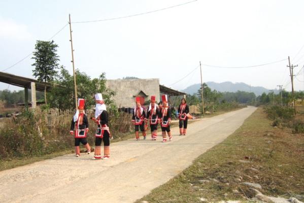 ùng cao khởi sắc (Trong ảnh: Niềm vui của người dân xã vùng cao Quảng Sơn (Hải Hà, Quảng Ninh) trên con đường liên thôn được bê tông hóa).