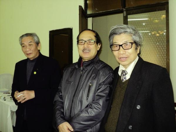 Nhà thơ Y Phuong (giữa) và các bạn văn.