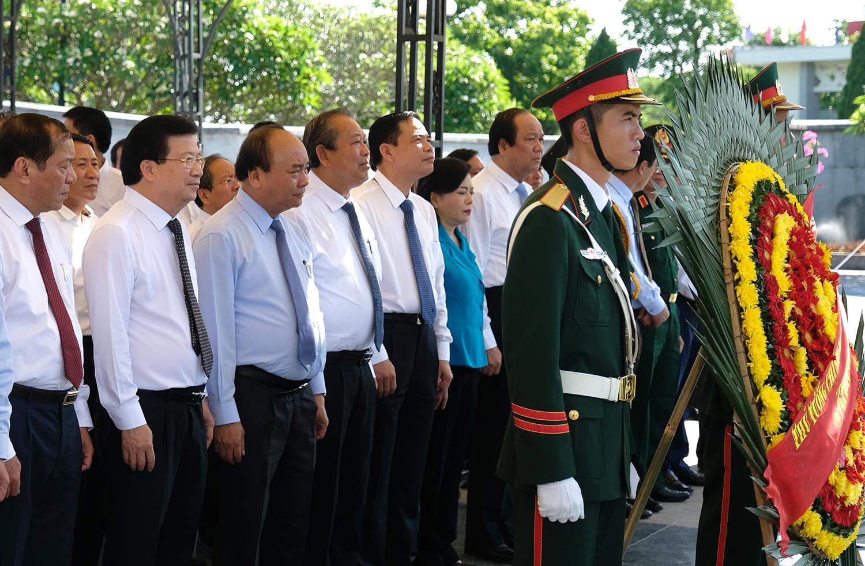 Thủ tướng, các Phó Thủ tướng và đoàn công tác Chính phủ dâng hương tưởng nhớ các anh hùng-liệt sĩ. Ảnh: VGP/Quang Hiếu