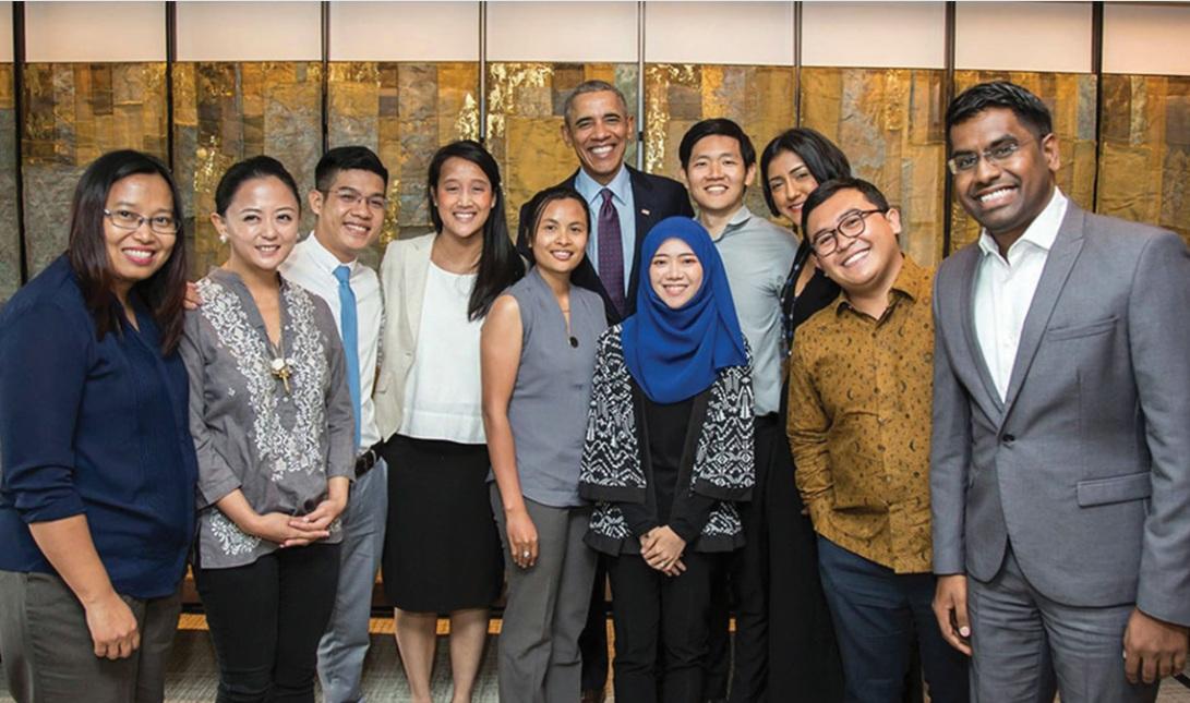 Phan Văn Quyền (thứ 3 từ trái sang) cùng các lãnh đạo thanh niên khối ASEAN trong buổi gặp gỡ với cựu Tổng thống Mỹ Barack Obama.
