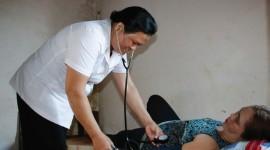 Y sĩ H'mai đang kiểm tra sức khỏe cho một bệnh nhân.