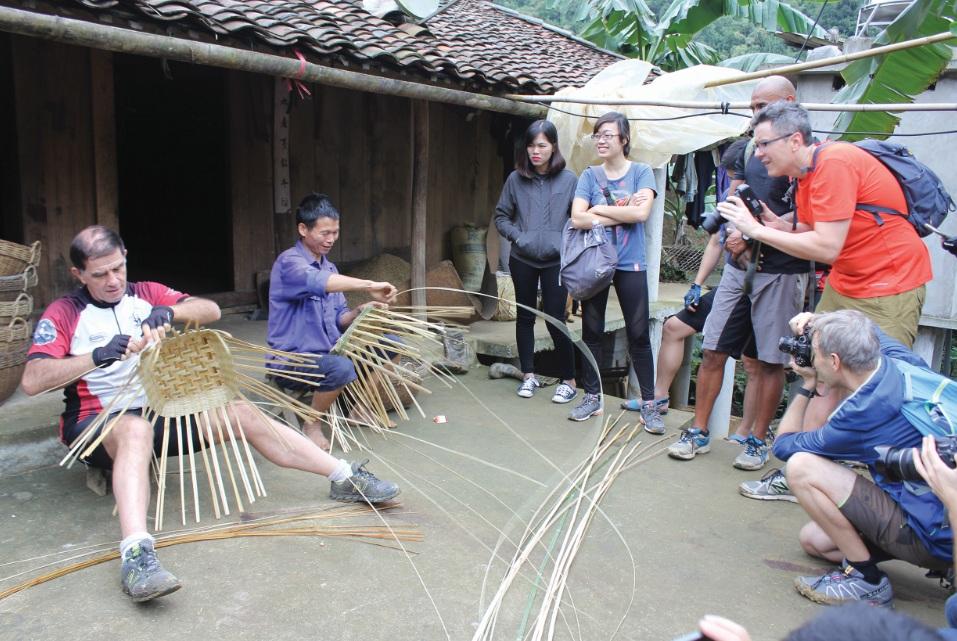 Du khách quốc tế trải nghiệm làm nghề thủ công tại Cao Bằng.
