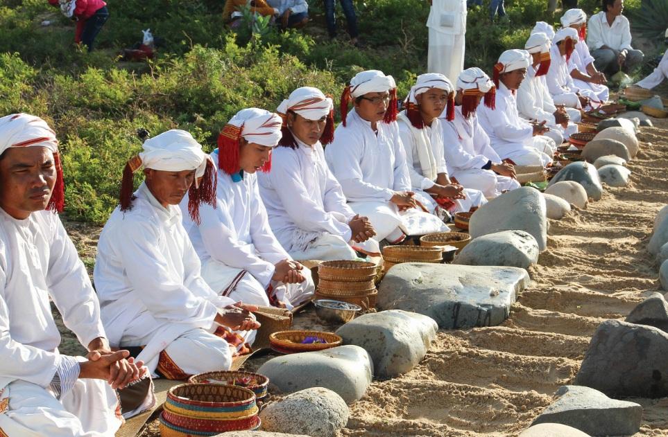 Đồng bào Chăm làng Phước Nhơn (xã Xuân Hải, huyện Ninh Hải) tảo mộ tổ tiên trong mùa Ramưwan.