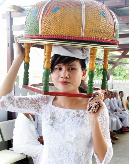 Phụ nữ dâng lễ tổ tiên tại lễ tảo mộ.