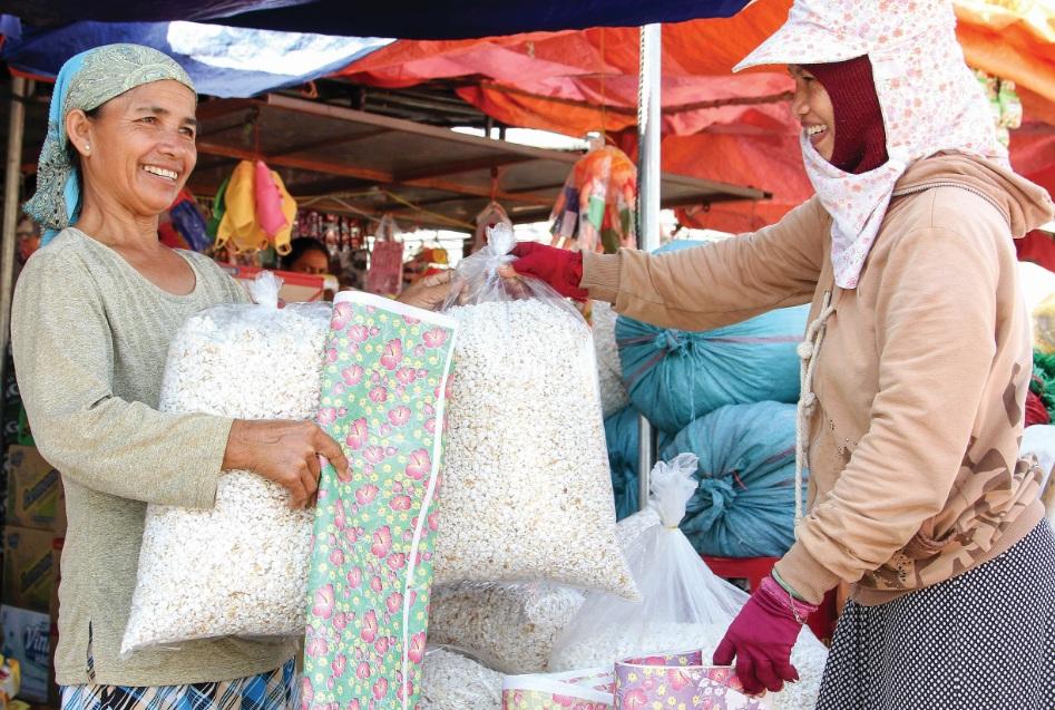 Đồng bào Chăm mua sắm vật phẩm, quần áo mới mừng đón Ramưwan.