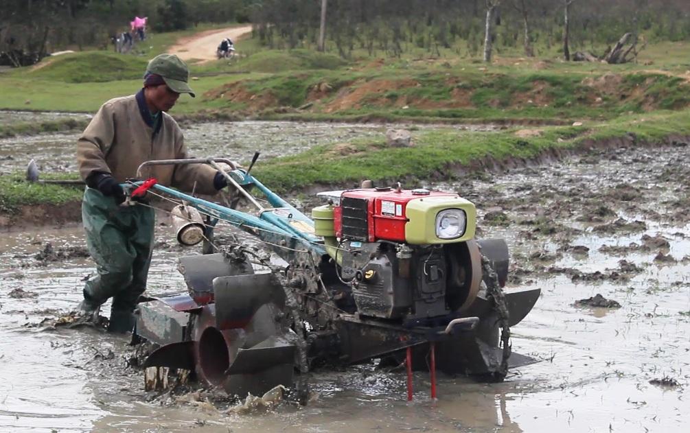 Người dân vùng cao của tỉnh Quảng Trị đã đưa cơ giới hóa vào sản xuất lúa nước.