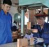 Anh Nguyễn Quang Ước hướng dẫn công nhân khâu xử lý nguyên liệu.
