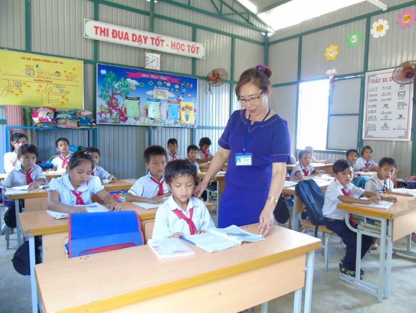 Cô giáo Ngô Thị Hoa cùng các em học sinh trong lớp học được xây dựng từ sự hỗ trợ của các nhà hảo tâm.