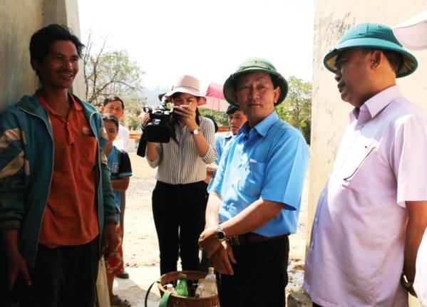 Anh Đinh Liam (bên trái) bày tỏ sự biết ơn trước sự quan tâm của lãnh đạo tỉnh đã giúp người dân được dùng nước sạch. Ảnh: Q.T