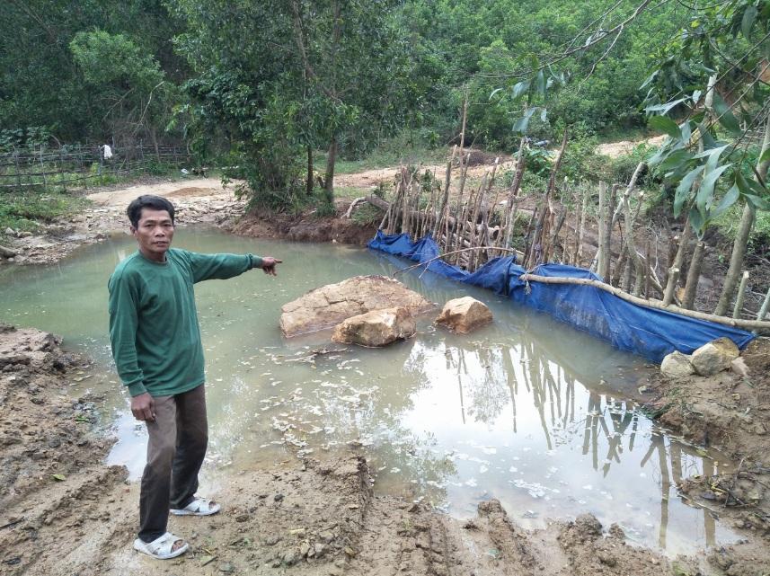 Người dân Khánh Sơn chủ động đào những ao nhỏ để tích nước chống hạn.