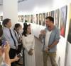 Nhiếp ảnh gia Réhahn giới thiệu tác phẩm tại Bảo tàng Dân tộc học Việt Nam.