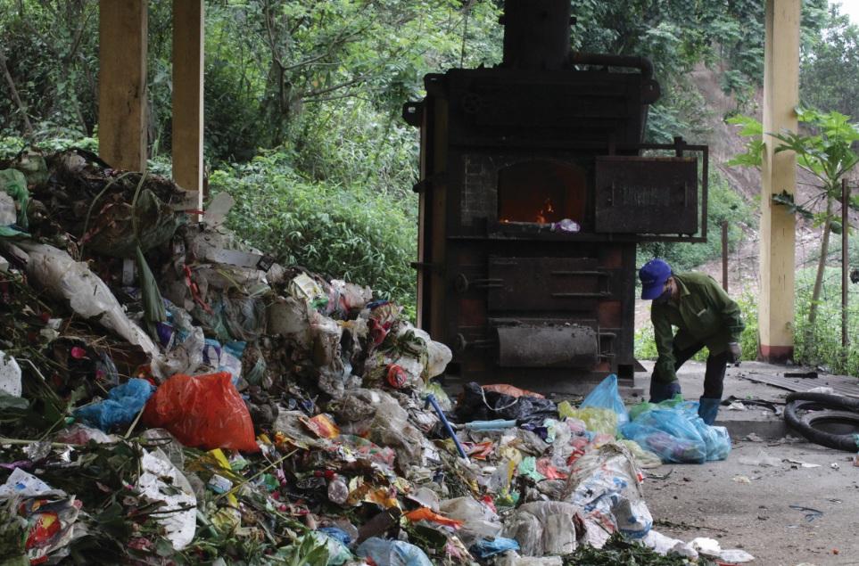 Xã viên HTX Phú Cường tiến hành phân loại rác.