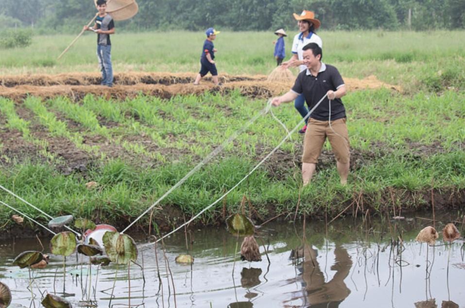 Du khách trải nghiệm các hoạt động tại nông trại Detrang Farm.