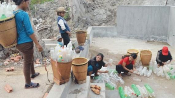 Người dân xếp hàng chờ lấy nước ở khu vực nguồn nước làng Goòng (xã Ia Púch, huyện Chư Prông).