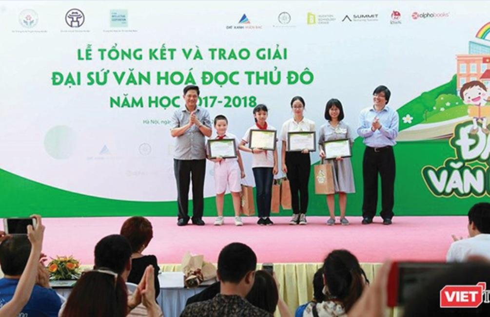 4 học sinh có bài dự thi xuất sắc nhất được vinh danh Đại sứ Văn hóa đọc Thủ đô năm học 2017 – 2018.