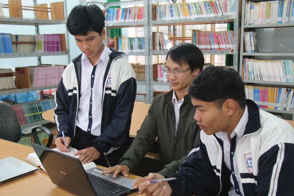 Thầy Văn Thành Đạt hướng dẫn Nam hoàn thiện từ điển.