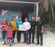 Đại diện Đồn BP Nhơn Hưng và Hội Người cao tuổi xã An Phú, huyện Tịnh Biên trao tặng biển tượng trưng Nhà Mái ấm biên giới cho gia đình học sinh nghèo học giỏi dân tộc Khmer.