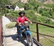 Cầu treo thôn Pêng Sal Pêng rộng khoảng 1m, mặt cầu bị nghiêng.