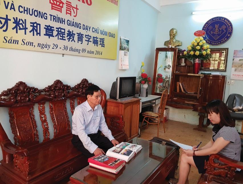 Ông Trần Văn Thịnh đang chia sẻ về bộ chữ Nôm Dao với phóng viên.