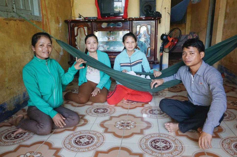Các thành viên CLB tuyên truyền giảm thiểu tảo hôn thường xuyên gặp gỡ, trò truyện với các gia đình về tác hại của việc tảo hôn.
