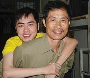 Ông Lê Xuân Hồng vẫn ngày ngày cõng Bách lên giảng đường.