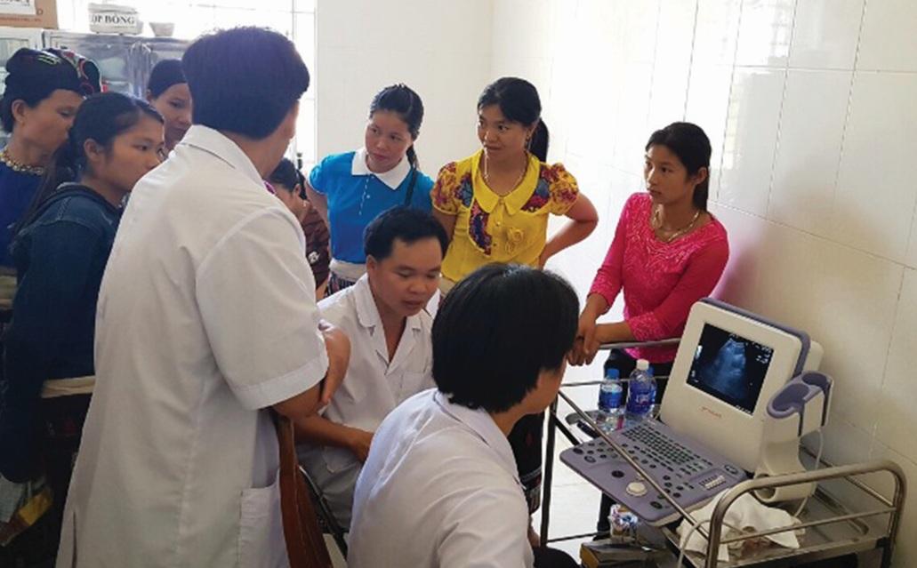 Nhân dân xã Yên Khương, huyện Lang Chánh (Thanh Hóa) đăng ký khám sức khỏe.
