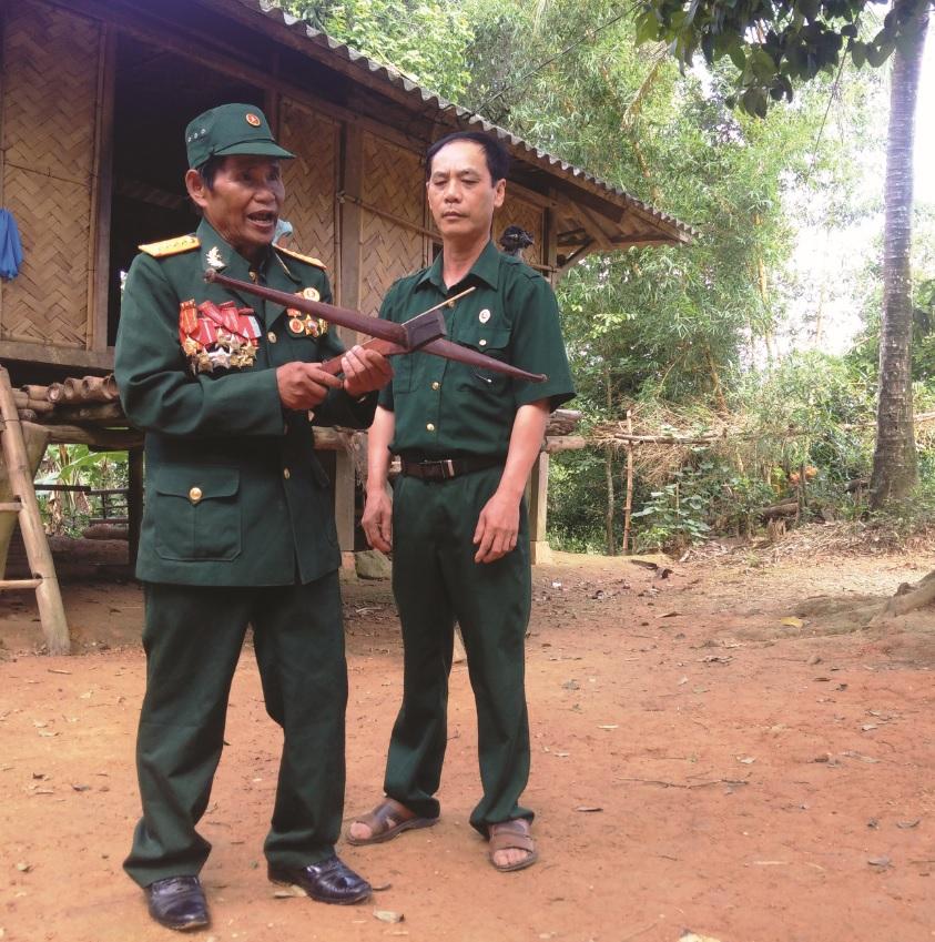 Ông Hồ Văn Xang và chiếc nỏ gắn bó với ông trong thời kỳ kháng chiến.